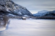 Norway, Hemsedal, Small hut in mountains, scenic view — Stock Photo