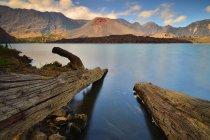 Мальовничий вид на гору Rinjani через озеро, Ломбок, захід Нуса Тенгара, Індонезія — стокове фото