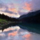 Живописный вид на восход солнца на два Джек озеро, Национальный парк Банф, Альберта, Канада — стоковое фото