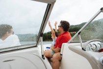 Mann und zwei Jungen auf Speedboot — Stockfoto