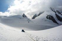 Alpinista sdraiato sulla neve nelle Alpi svizzere, Piz Bernina, Svizzera — Foto stock