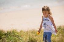 Australia, Nueva Gales del Sur, Pittwater, Palm Beach, Chica en la playa - foto de stock