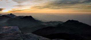 Vista panorámica del amanecer en Adams Peak, Sri Lanka - foto de stock