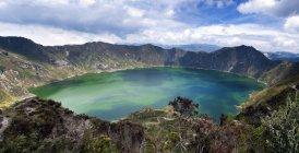 Vista panoramica della maestosa Laguna di Quilotoa sotto il cielo affascinante, Chugchillan, Ecuador — Foto stock