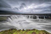 Живописный вид величественного водопада Годафосс, Исландия — стоковое фото