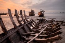 Barca naufragato sulla spiaggia, Kota Kinabalu, Sabah, Malesia — Foto stock