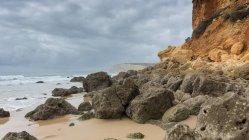 Falésias e praia, Carvoeiro, Faro, Portugal — Fotografia de Stock