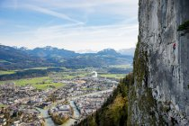 Escalada de alta acima da cidade, Hallein, Salzburg, Áustria — Fotografia de Stock