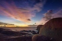 Vista panorâmica do pôr do sol sobre a praia de Tanjung Bajau, Singkawang, Indonésia — Fotografia de Stock