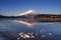 Мальовничий вид на гору Фуджі та озера Yamanaka Озеро, Японія — стокове фото