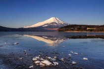 Живописный вид на гору Фудзи и озере Яманака, Япония — стоковое фото