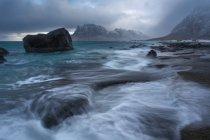 Vue panoramique de tempête à uttakleiv beach, Lofoten, Norvège — Photo de stock