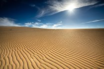 Wüstenlandschaft mit blauem Himmel, Fuerteventura, Kanarische Inseln, Spanien — Stockfoto