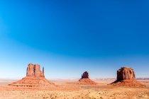 Живописный вид скал в пустыне, Моньюмент Вэлли, штат Аризона, Америка, США — стоковое фото