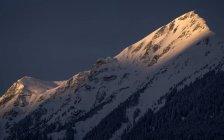 Malerischer Blick auf schneebedeckte Berge im letzten Licht des Tages — Stockfoto