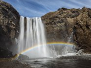 Vista panorámica de arco iris sobre la cascada de Skogafoss, Islandia - foto de stock