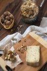 Fromage aux croûtons et noix sur la table en bois — Photo de stock