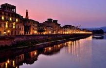 Мальовничий вид на набережній Флоренції в ніч, Тоскана, Італія — стокове фото