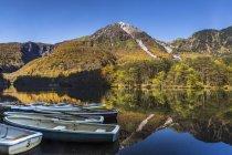 Malerische Aussicht von Booten auf See, Nationalpark Kamikochi, Japan — Stockfoto