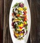 Thai-Salat mit Mango und frischer Kokosnuss — Stockfoto