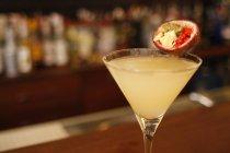 Фрукти пристрасті в коктейль-бар лічильники відвідувань, розмитість фону — стокове фото