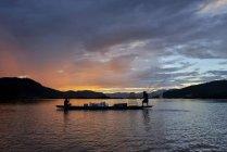 Силует двоє рибалок в човні по річці Меконг, Таїланд — стокове фото