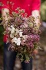Закри чоловічої руки проведення букет квітів — стокове фото