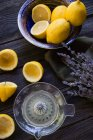 Vista superior de limones y lavanda en mesa de madera - foto de stock