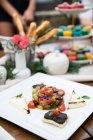Печені овочі з оливковими Брускетта і хліб на тарілку — стокове фото