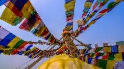 Inquadratura dal basso della preghiera bandiera, Stupa di Boudhanath, Nepal — Foto stock