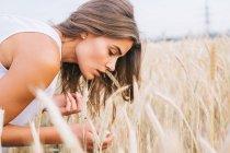Seitenansicht der Frau betrachten Weizen im Feld — Stockfoto