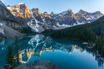 Fascinante vista Lago Moraine e o vale dos dez picos, Parque Nacional de Banff, Alberta, Canadá — Fotografia de Stock
