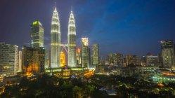 Las Torres Petronas y el horizonte por la noche, Kuala Lumpur, Malasia - foto de stock