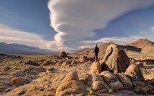 Homme debout sur un rocher, Alabama Hills, comté d'Inyo, Californie, États-Unis — Photo de stock