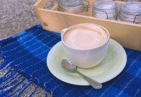 Tazza di caffè e zucchero sopra tovagliolo blu — Foto stock