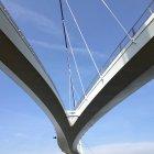 Vista ascendente di ponte sospeso contro cielo blu — Foto stock