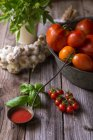 Nature morte de sauce tomate maison aux tomates, ail et herbes — Photo de stock