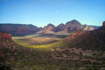 США, Аризона, Седона, Пейзаж с долиной и скалами на закате — стоковое фото
