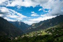 Jiaju Village de montagne sous le bleu ciel et les nuages blancs, comté de Danba, Tibet, Chine — Photo de stock