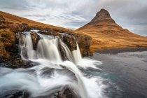 Islanda, penisola di Snaefells, vista panoramica della cascata di Kirkjufell con Kirkjufell montagna sullo sfondo — Foto stock