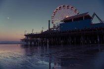 Santa Monica Pier au lever du soleil, Los Angeles, en Californie, Amérique, Etats-Unis — Photo de stock
