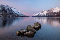 Belle vue sur le lac Ersfjordbotn près de Tromso (Norvège) — Photo de stock