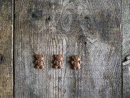 Urso de chocolate três biscoitos em uma mesa de madeira — Fotografia de Stock