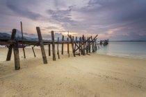 Живописный вид пристани в черный песчаный пляж на закате, Лангкави, Малайзия — стоковое фото