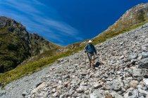 Людина прогулянки через ще Scree схилу Артурс Pass Національний парк, Нова Зеландія — стокове фото