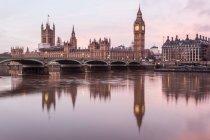 Мальовничим видом палат парламенту та Біг-Бен, Лондон, Великобританія — стокове фото