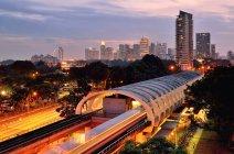 Vista panorámica de la estación de tren MRT y el horizonte, Singapur - foto de stock