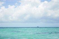 Vista panoramica di motoscafo barca a vela Caraibi, Riviera Maya, Messico — Foto stock