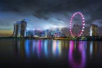 Vista panorámica del horizonte de Singapur de noche - foto de stock