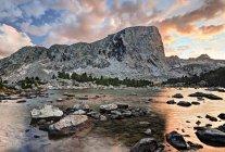 Живописный вид на гору Хукер и могила озеро, Вайоминг, Америка, США — стоковое фото